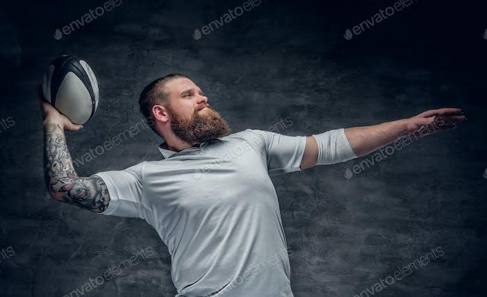 Brutal bärtiger Rugby-Spieler in Aktion.
