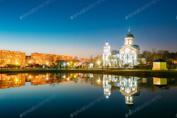 Abendansicht von Alexander Nevsky Orthodoxe Kirche hinter Illumina