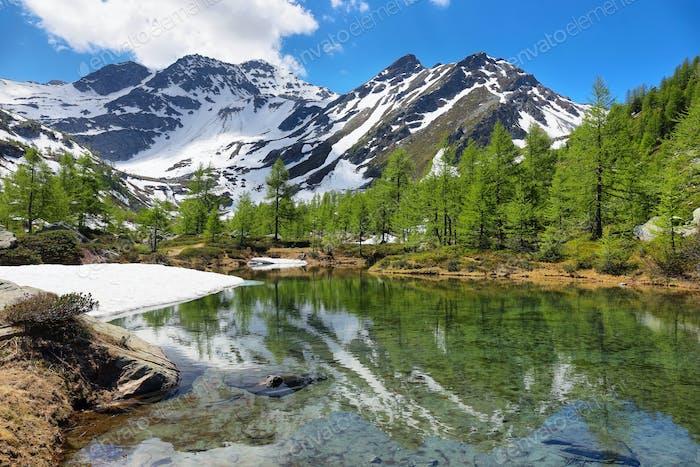 Lago glaciar Arpy cerca de Morgex, Valle de Aosta en el norte de Italia