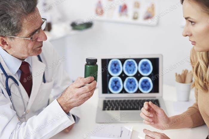 Arzt empfiehlt dem Patienten Vitamine