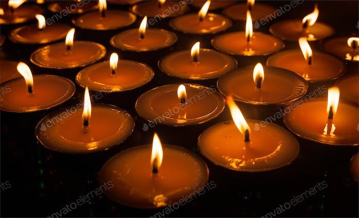 Brennende Kerzen im tibetischen buddhistischen Tempel