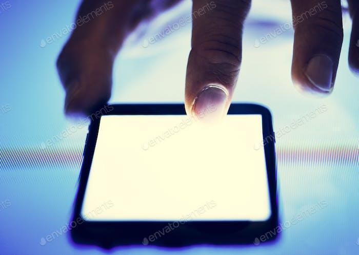 Finger berühren mit einem Smartphone