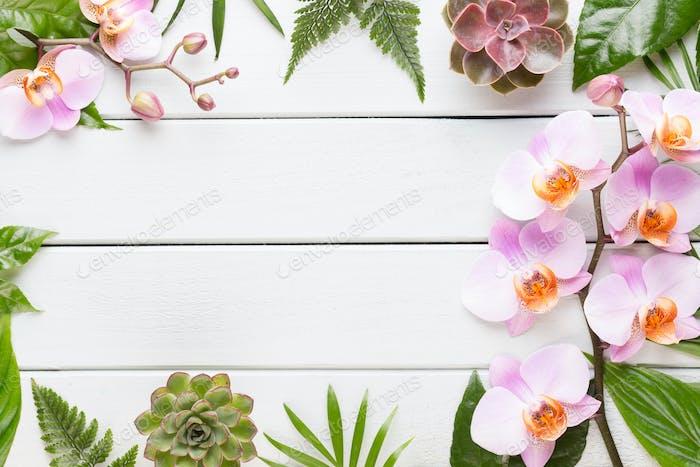 Concept beauté et mode avec spa sur fond en bois rustique pastel.