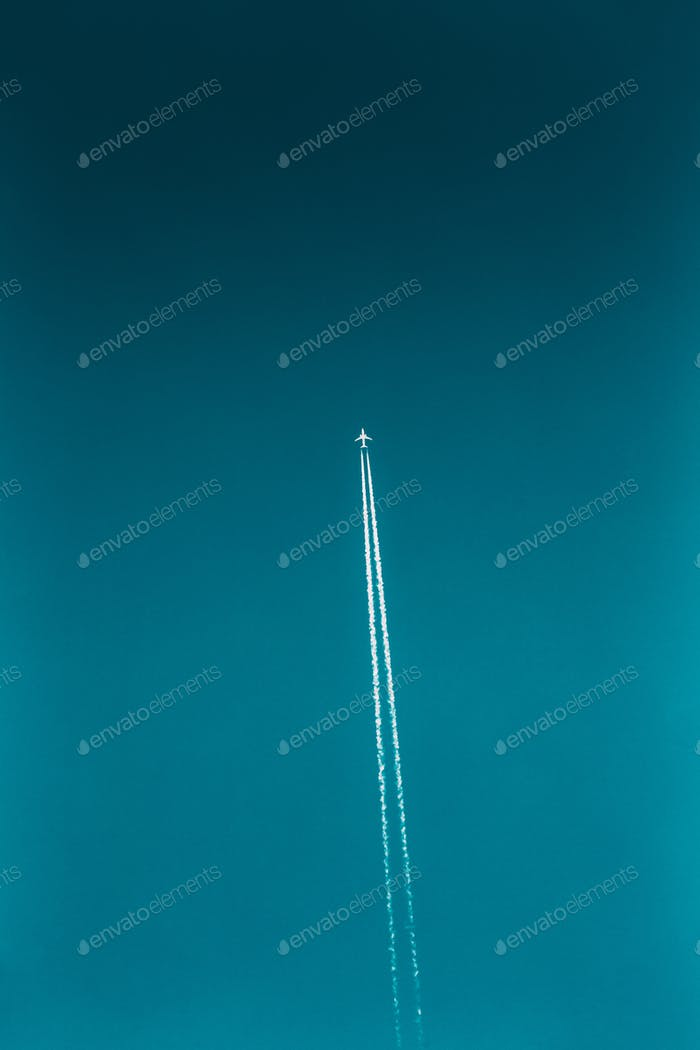 Flugzeug Contrail im blauen Himmel. Flugzeug, Flugzeug, Flugzeug fliegen nach oben
