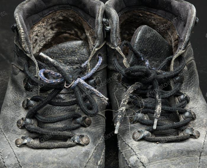 Alte abgenutzte Schuhe