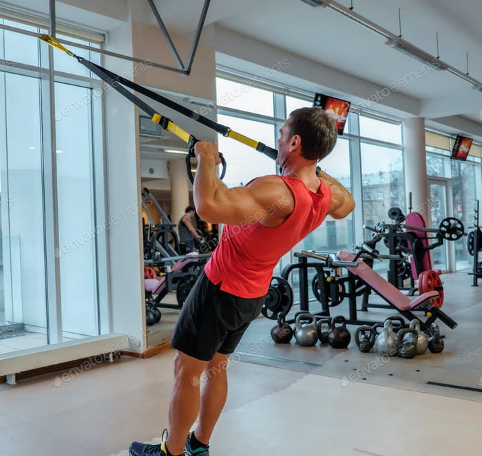 Ein Mann, der mit Gymnastikringen trainiert.