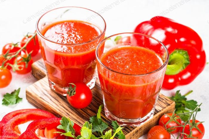 Tomaten-Gemüsesaft im Glas auf weiß