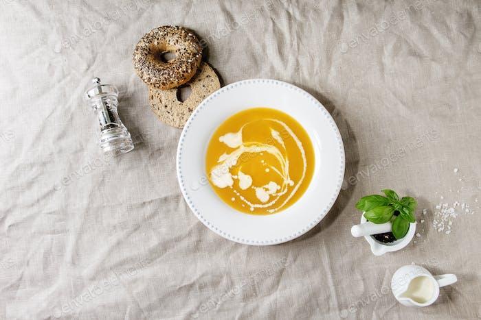 Kürbis oder Karottensuppe
