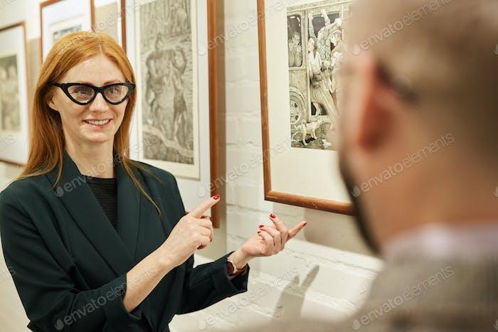 Frau arbeitet in der Kunstgalerie