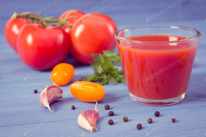 Vintage Foto, Tomatensaft und Gemüse auf Brettern, Konzept der gesunden Ernährung