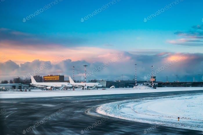 Flugzeugstand am Terminal des Internationalen Flughafens am frühen Morgen