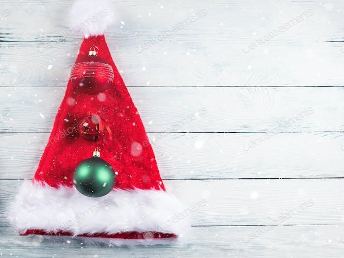 Rotes und grünes Weihnachtsdekor mit Weihnachtsmütze