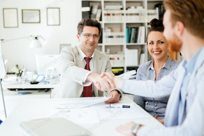 Gruppe von Geschäftsleuten, die als Team im Büro arbeiten
