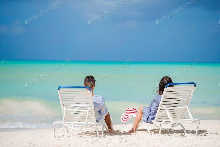 Paar entspannen an einem tropischen Strand