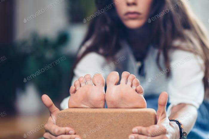 Bloque de yoga. Mujer practicando con bloqueo de yoga
