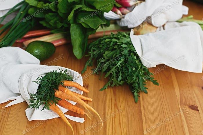 Nullmüll Lebensmitteleinkaufskonzept. Wiederverwendbare umweltfreundliche Beutel mit frischem Gemüse