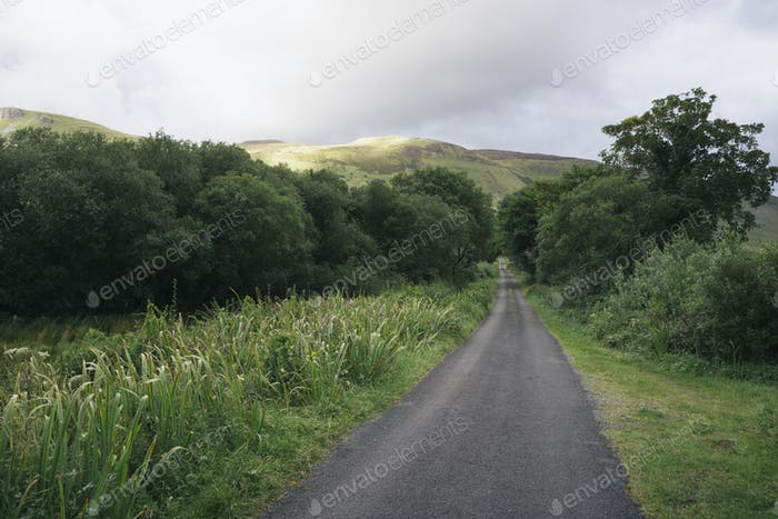 Ländliche einspurige Straße in der Nähe von Glenade, County Leitrim, Irland.