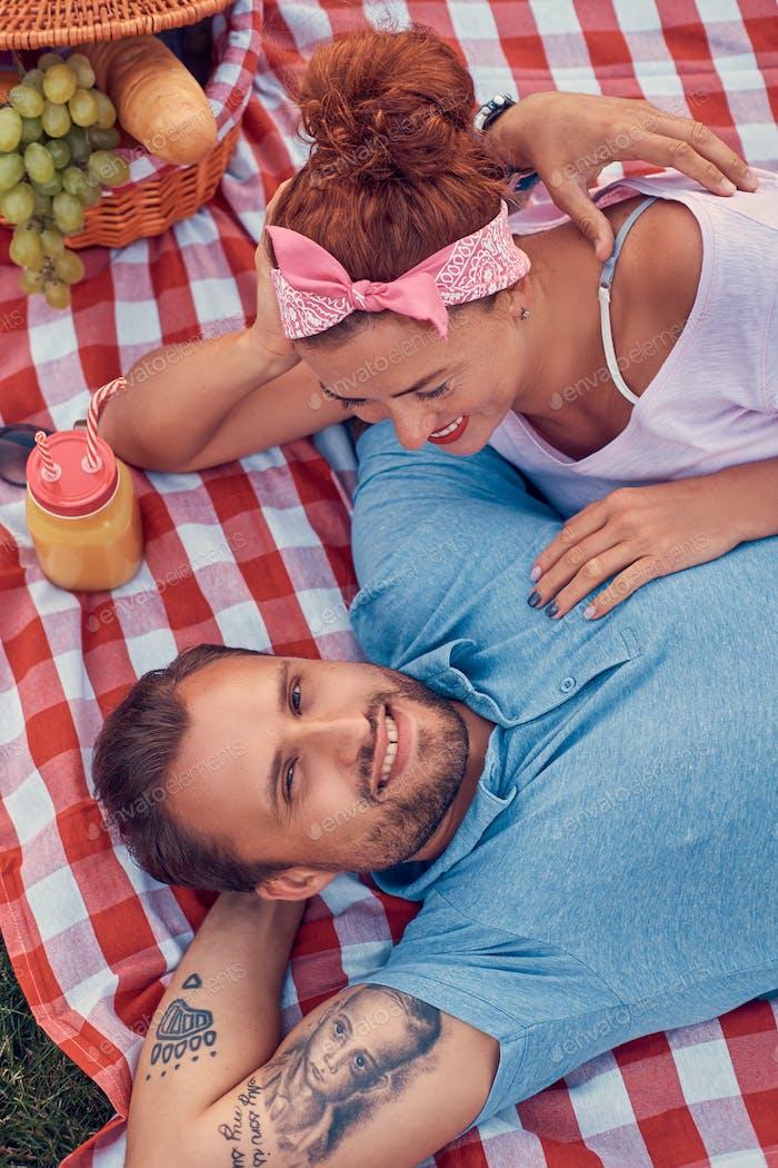 Glückliches Mittelalter Paar während der romantischen Verabredung im Freien, genießen Sie ein Picknick