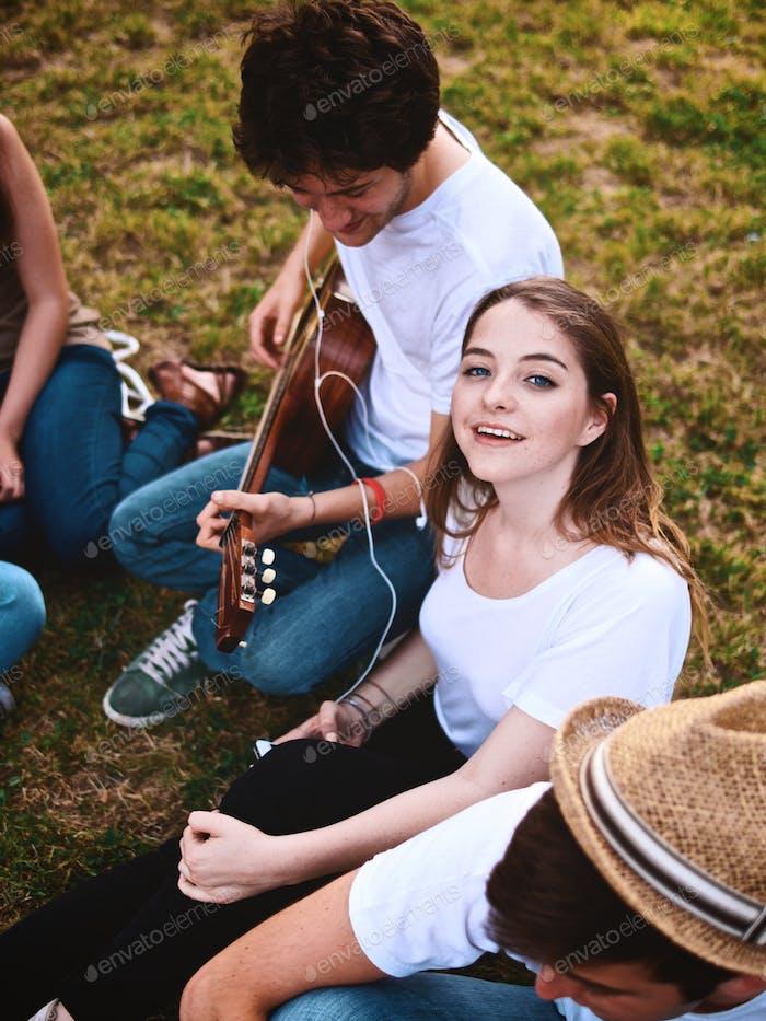 gran grupo de estudiantes tocando una música en un campus
