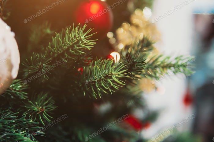Weihnachtsbaumzweig mit Spielzeug