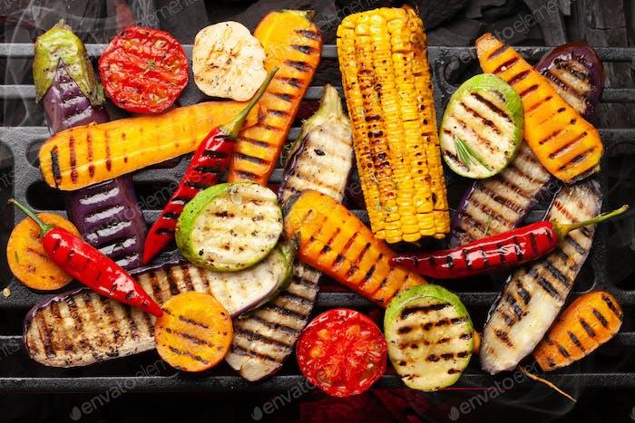 Gegrilltes Gemüse auf dem Grill kochen