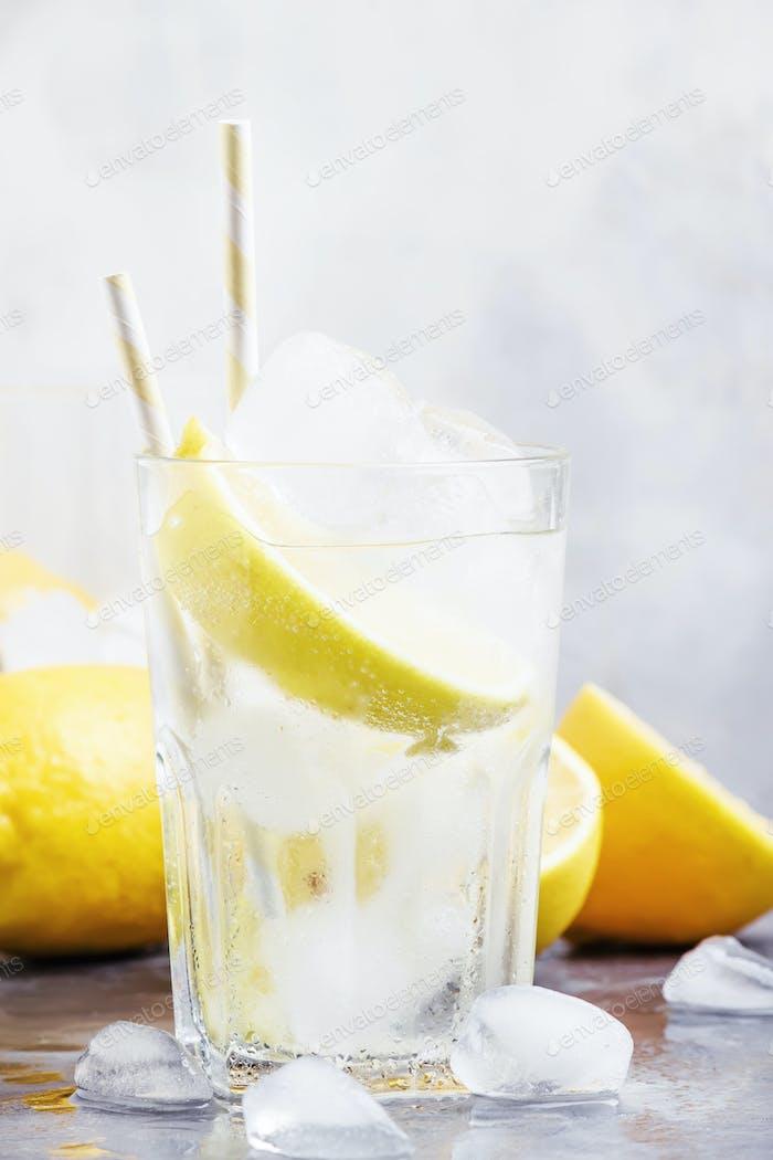 Летний коктейль с содой и лимонами