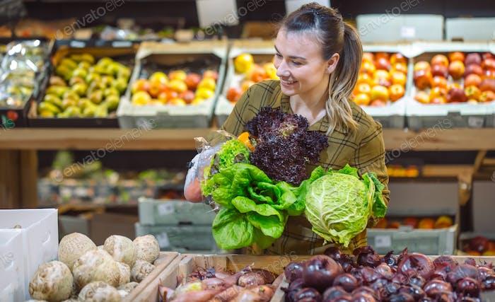 Frau im Supermarkt.