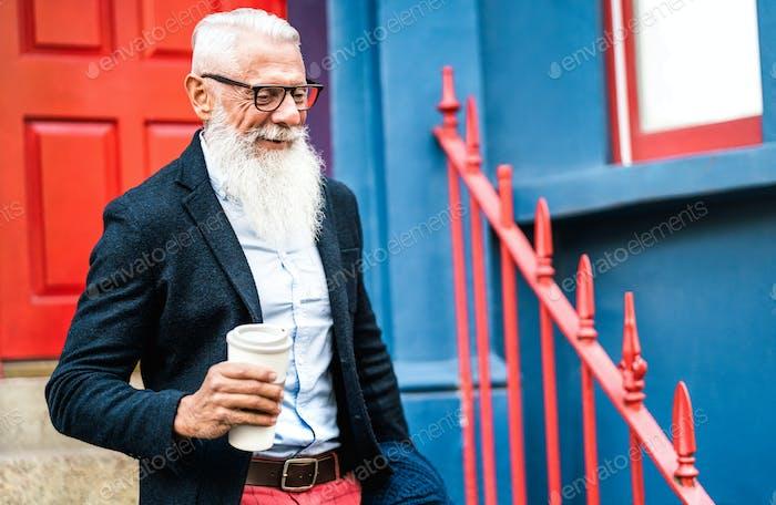 Hipster-Geschäftsmann geht mit Take-away-Tasse Kaffee-Wand-Hintergrund