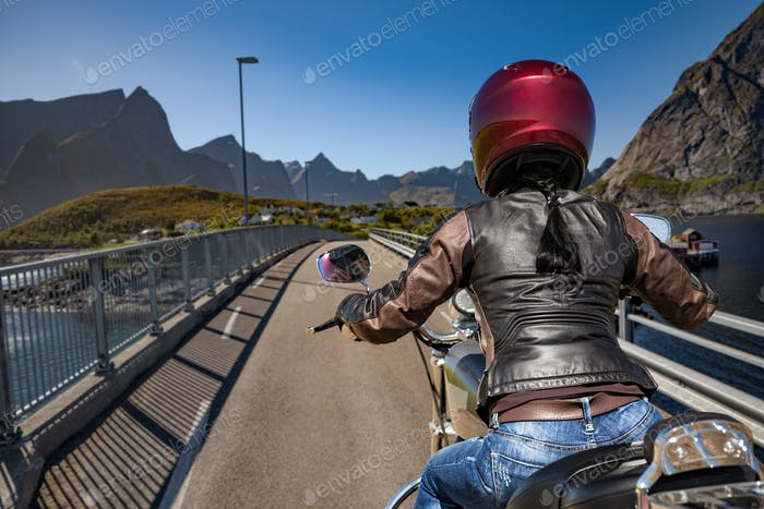 Biker-Mädchen reitet auf der Straße in Norwegen.