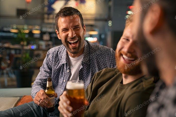 Amigos disfrutando de la cerveza en pub