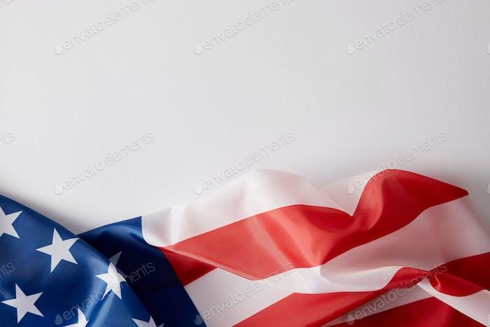 vista elevada de Estados Unidos de bandera americana sobre superficie blanca