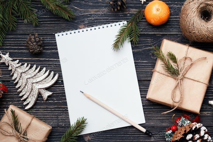 Brief an den Weihnachtsmann, Weihnachtsgeschenke auf dunklem Holzhintergrund