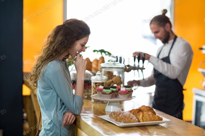 Lächelnde Frau Blick auf Croissant