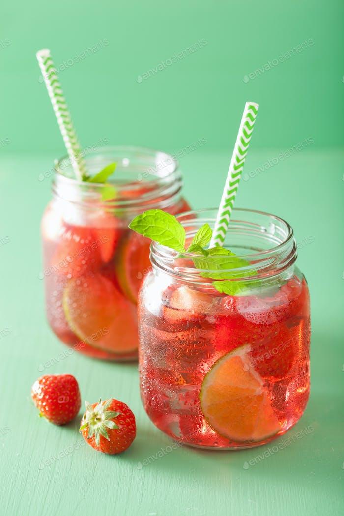 Sommer Erdbeergetränk mit Limette und Minze in Gläsern
