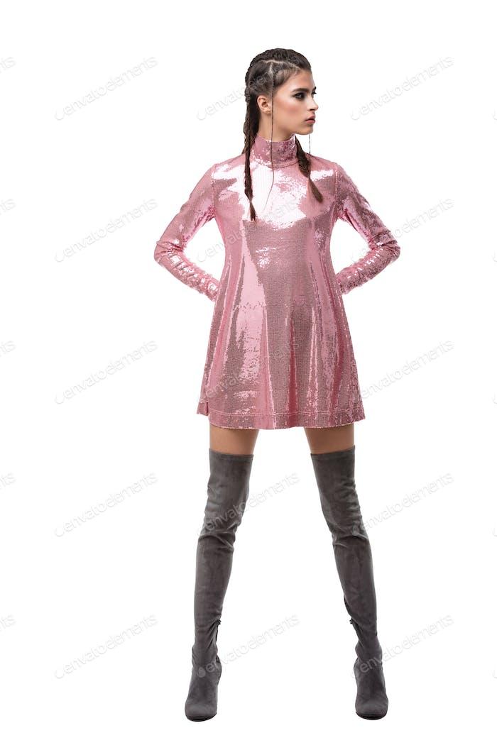 Hübsche Dame träumig Blick beiseite während stehend in rosa Kleid in Pailletten und Knie hohe Stiefel