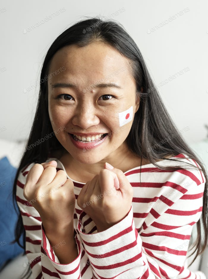 Gente animando la copa del Mundo con bandera nacional pintada