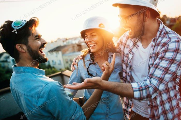 Gruppe von Freunden, die auf der Terrasse feiern