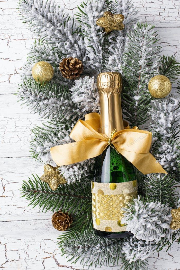 Botella de champán en un envoltorio de oro