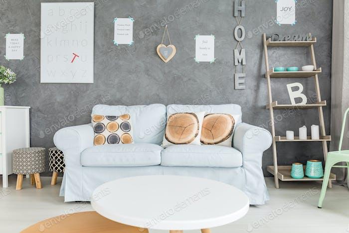 Bequemes Sofa und runder Tisch