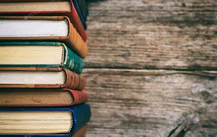 Vintage Bücher stapeln auf Holzhintergrund - Kopierraum