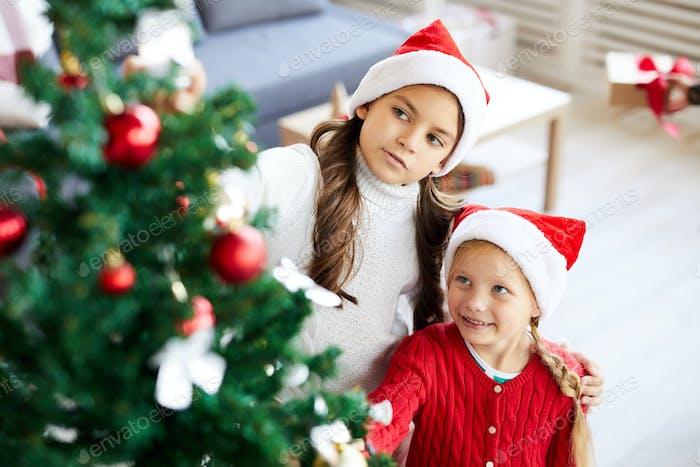 Девочки по рождественской елке
