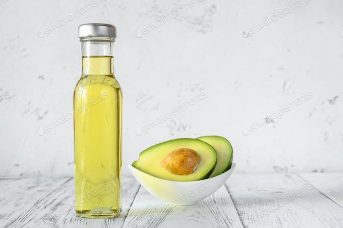 Flasche Avocadoöl mit frischer Avocado
