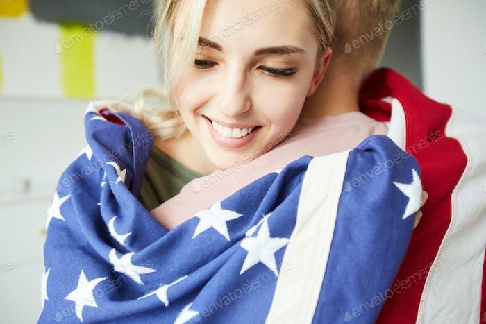 Niedlich liebevolle amerikanische Mädchen umarmen Ihr Freund