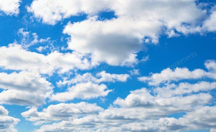 Fondo cielo azul claro. Nubes blancas en el cielo