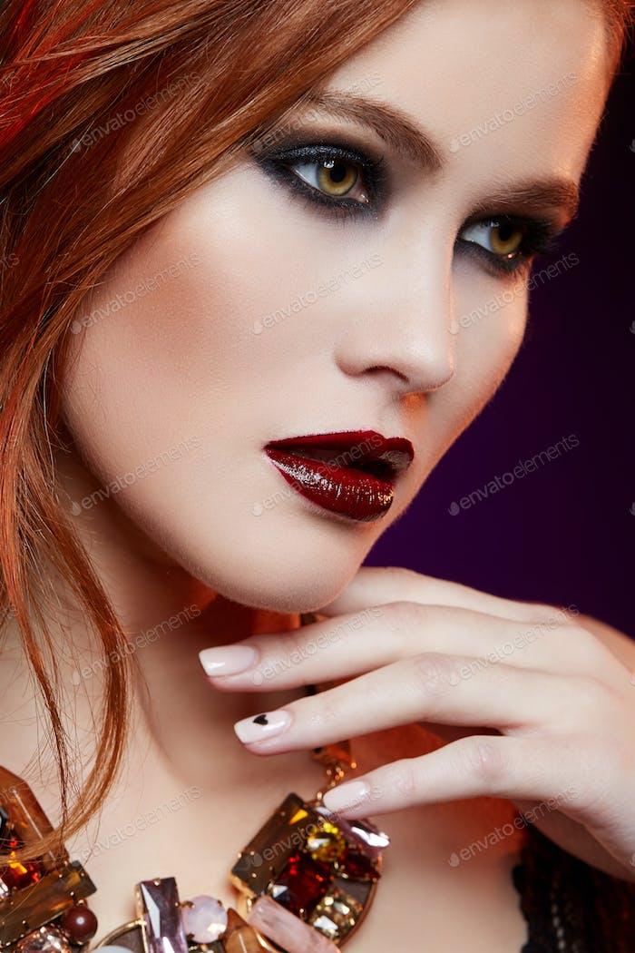 schönes Mädchen mit hellen Make-up und roten Haaren