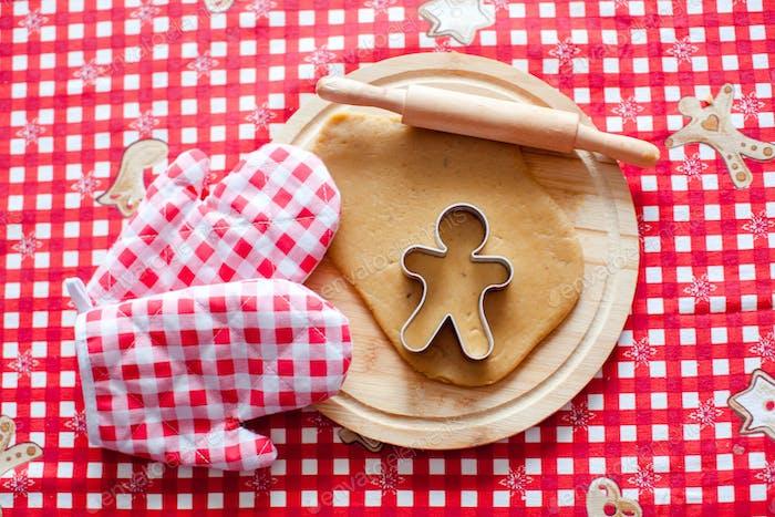 Nahaufnahme roher Teig für Lebkuchenkekse für Weihnachten zu Hause Küche