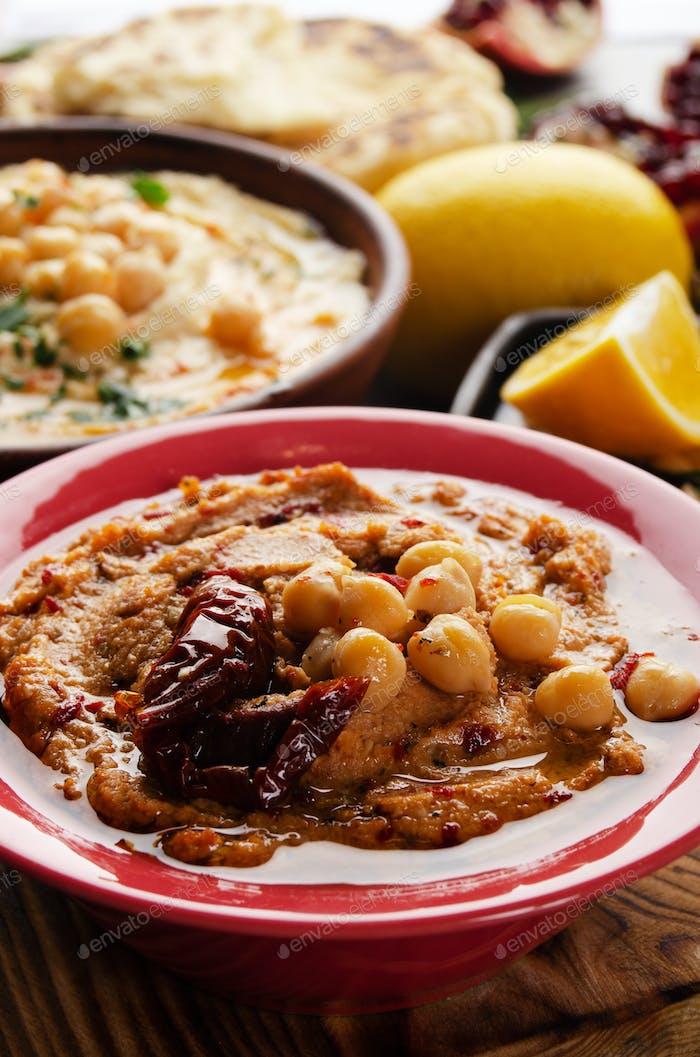 Hummus in Tonschale mit Olivenöl gekrönt