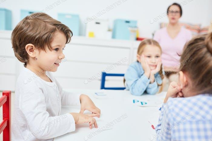 Klassenkameraden zuhören