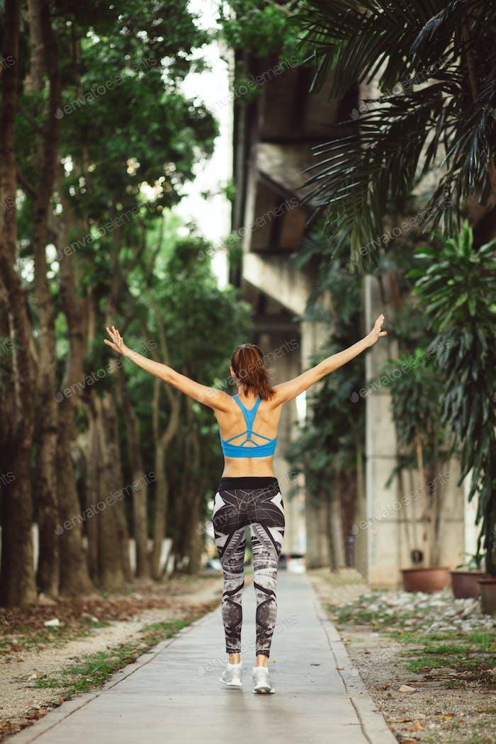 junge Erwachsene sportlich Mädchen Workout outdoor auf städtischen Straßen