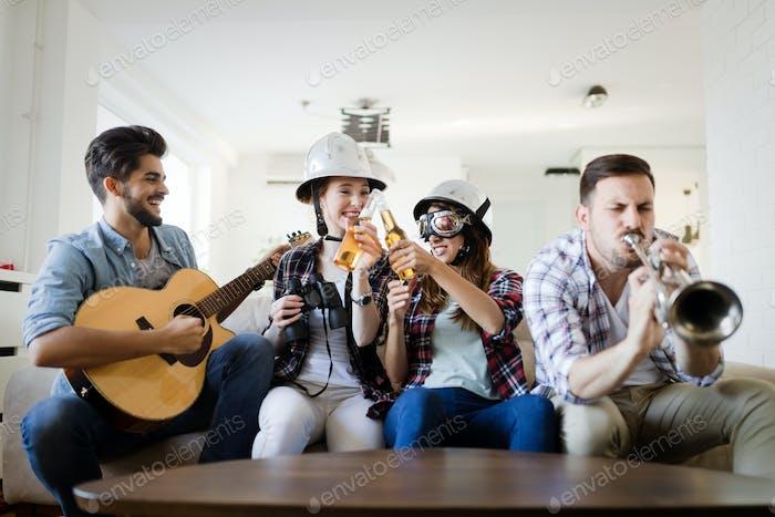 Freunde, die Spaß haben und im Haus feiern und Musik spielen